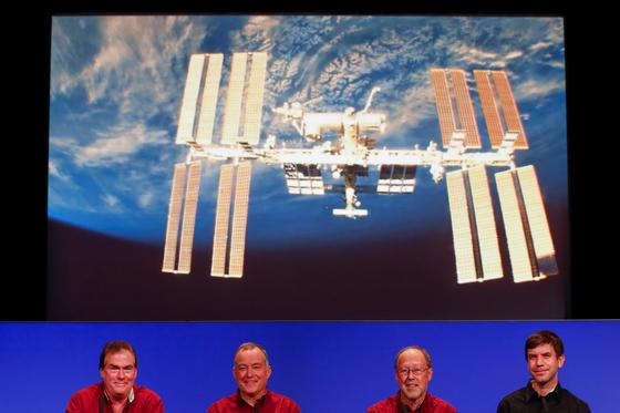 국제우주정거장(ISS) 우주 비행사들이 26일(현지시각) 캘리포니아 주 패서디나 (Pasadena)에서 화성 표면에 우주선 인사이트(InSight)착륙이 성공하는 모습을 보고 있다. 왼쪽부터 톰 호프만(Tom Hoffman) 프로젝트 매니저, 브루스 반저트(Bruce Banerdt)와 앤드류 킬트(Andrew Klesh) 그리고 프로젝트 관리자인 마이클 왓킨스(Michael Watkins) [로이터=연합뉴스]