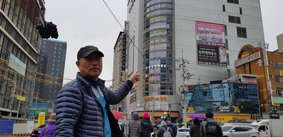 7년간 고시원에 살면서도 재기 의지를 버리지 않은 금융인 출신 이상돈(63)씨. 그는 '경제 난민'들이 몰려사는 고시원의 화재 안전을 위해 문재인 정부와 서울시가 제대로된 대책을 내놔야 한다고 역설했다.