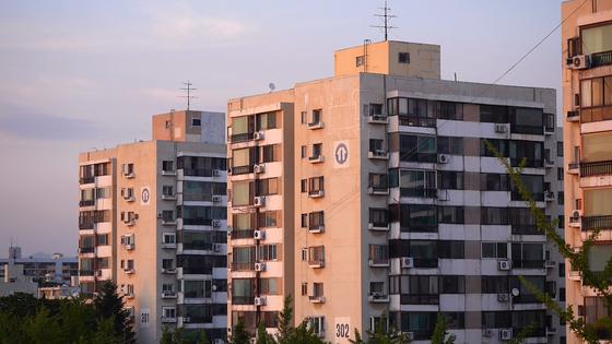 지금까지 지어진 아파트라는 주거형태는 이미 사람 간의 교류가 근본적으로 차단된 주거형태다. 정부는 '커뮤니티 케어'를 정착시키려 하고 있지만 기존의 커뮤니티조차 해체되고 있어 기존 주거지 개발 계획부터 재검토해야 한다. [사진 KT&G 상상마당]