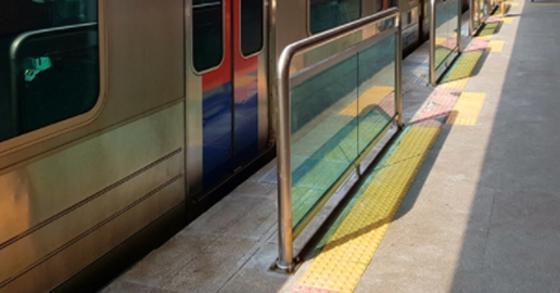 시장 끝에 위치한 전철역은 아버지와 친구분들의 여행 교통 수단이다. 아침에 나서 경의중앙선을 타고 소래포구에 도착해 점심을 드시고 친구들과 이야기를 나누다 인천 지하철을 타고 집에 오시는 길은 아버지만의 교통비가 들지 않는 하루 여행 코스다. [중앙포토]