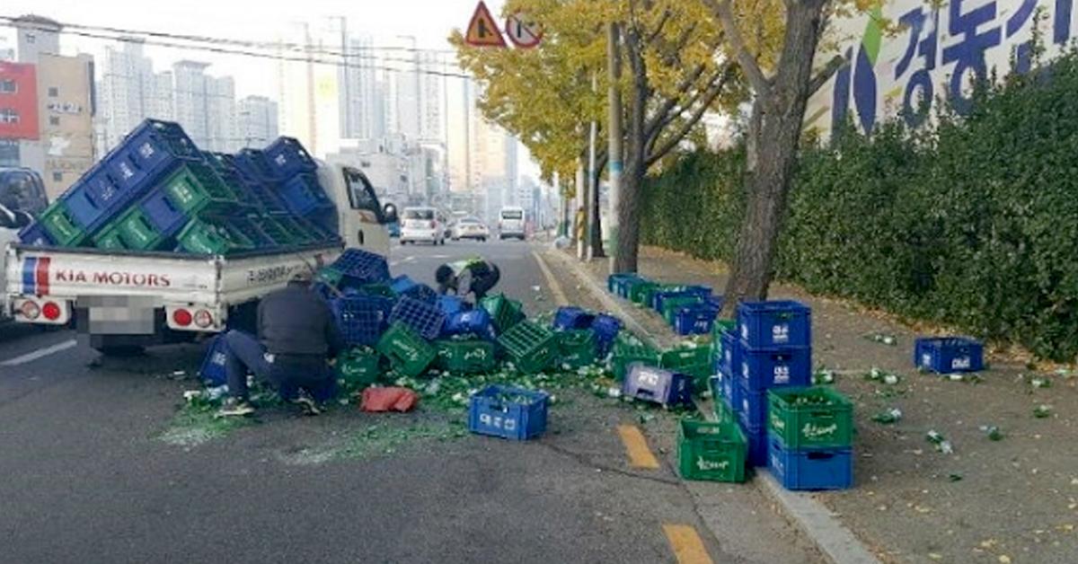 부산에서 화물차량 적재함에 실린 소주병이 쏟아지는 사고가 발생했다. [사진 부산경찰청]
