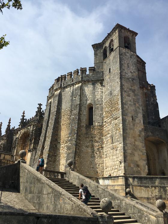 토마르의 그리스도 수도원 (Convento de Cristo). 12세기 템플 기사단의 요새로 지어졌다. 기사단이 해체된 후 시대를 따라 로마네스크, 마누엘, 고딕, 르네상스와 바로크에 이르기까지 모든 문화를 반영하는 포르투갈의 가장 중요한 유산 중 하나이다. [사진 박재희]