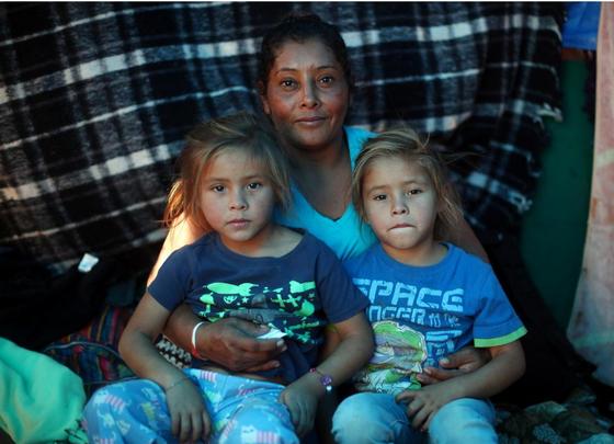 26일(현지시간) 멕시코 티후아나 이민자 숙소에서 만난 사진 속 메사와 두 딸. [로이터=연합뉴스]