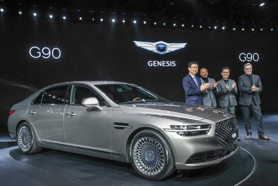 현대차의 고급차 브랜드 제네시스의 럭셔리 플래그십 세단 'G90'. 27일 판매에 들어갔다. 'EQ900'이 3년만에 부분변경을 거친 모델이다. [사진 현대차]