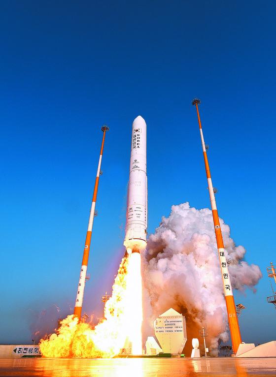 한국형발사체(KSLV-2) '누리호'의 엔진 시험발사체가 28일 오후 고흥 나로우주센터에서 발사되고 있다. [한국항공우주연구원 제공=연합뉴스]