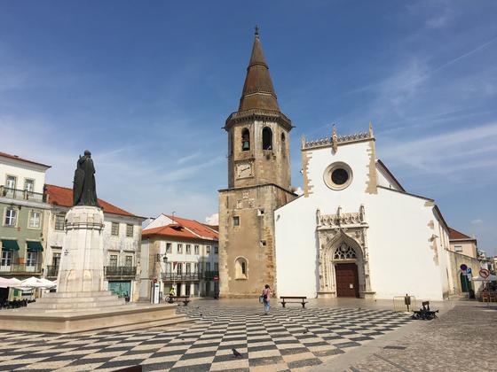토마르의 레프블리카 광장 (praca da republica) 은 도시를 돌아보는데 가장 중심이 되는 지점이다. 사오 조아오 뱁티스타 성요한 성당(sao joao Baptista)이 그리스도 수도원을 마주 보고 서 있다. [사진 박재희]