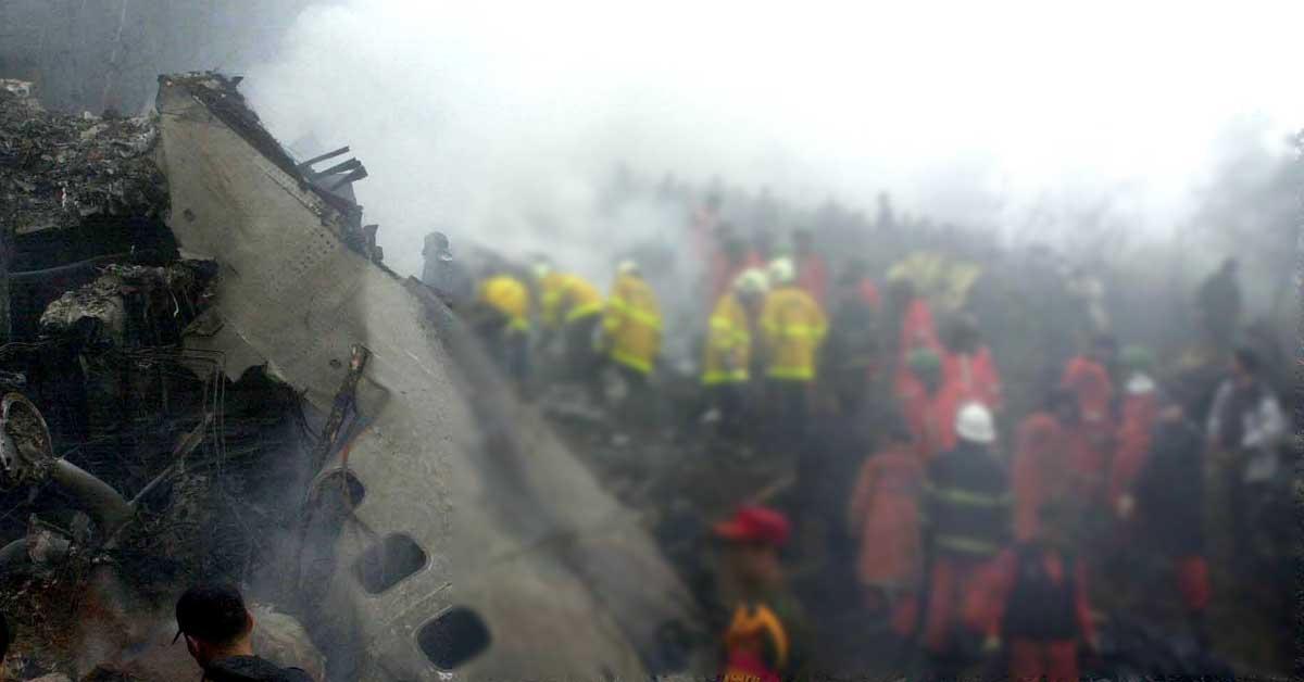 지난 2002년 중국 베이징을 출발해 김해 공항에 착륙을 시도하던 중국 여객기가 인근 산기슭에 추락해 118명이 사망·실종되는 대형 항공참사가 일어났다. 당시 중국 항공기 추락사고 현장. [중앙포토]
