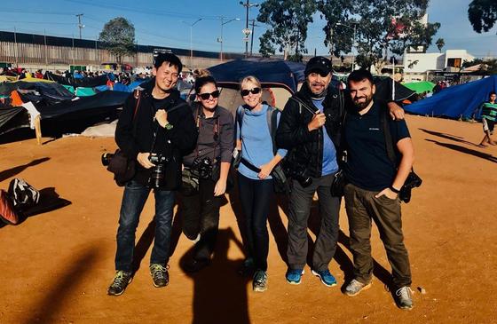 김경훈 기자(왼쪽)이 25일(현지시간) 멕시코 티후아나에서 취재 중 동료 사진기자들과 기념사진을 찍고 있다. [사진 김경훈]