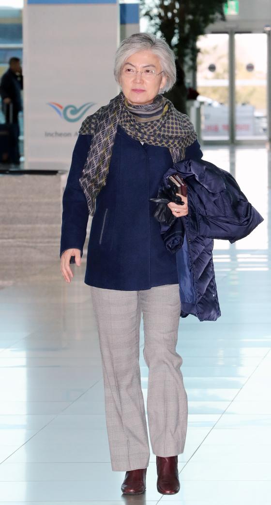 강경화 외교부 장관이 미국,파나마, 멕시코 출장을 위해 28일 오전 인천공항으로 들어서고 있다. [연합뉴스]