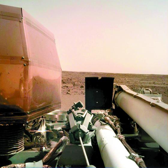 미 항공우주국(NASA) 화성 탐사선 '인사이트(InSight)'호가 206일간의 항해 끝에 27일(한국시간) 화성 적도 인근의 엘리시움 평원에 안착했다. 사진은 인사이트호가 화성 착륙 뒤 로봇팔에 설치된 카메라로 찍은 화성의 모습. [사진 NASA]