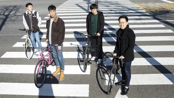 2016년부터 소셜 벤처 '약속의 자전거'를 함께 운영하고 있는 전해수ㆍ박상환ㆍ정영준ㆍ오영열씨(왼쪽부터). 전씨와 박씨가 잡고 있는 자전거는 폐자전거를 리사이클링 작업으로 되살린 자전거다. 권혁재 사진전문기자
