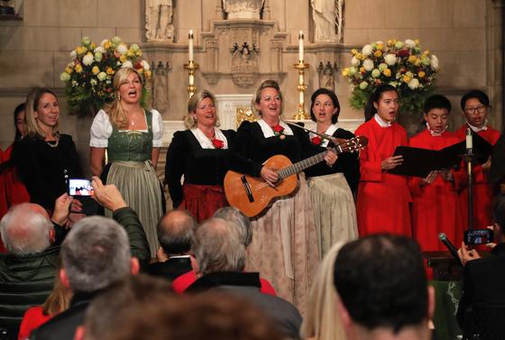 뉴욕 교회에서 열린 크리스마스캐럴 '고요한 밤 거룩한 밤'의 탄생 200주년 기념 공연 [AP=연합뉴스]