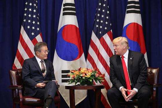 문재인 대통령과 도널드 트럼프 미국 대통령이 지난 9월 미국 뉴욕 롯데뉴욕팰리스호텔 허버드룸에서 열린 한미정상회담에서 대화를 나누고 있다. (청와대 제공)