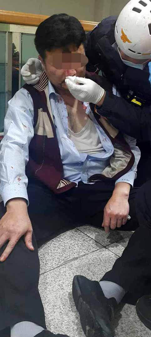 지난 22일 아산공장 본관 2층 사무실에서 유성기업 금속노조원들에게 폭행을 당한 김모 상무가 119구급대로부터 긴급 치료릅 받고 있다. [사진 유성기업]