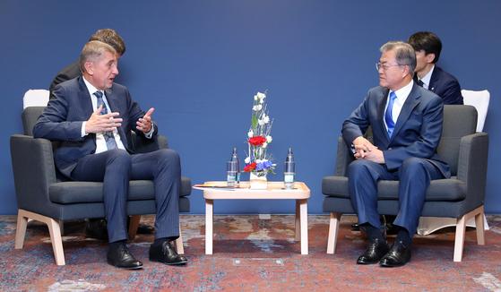 문재인 대통령과 안드레이 바비스 체코 총리가 28일 오후(현지시간) 체코 프라하 힐튼 호텔에서 열린 회담에서 대화하고 있다. 청와대 사진기자단