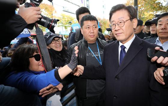이재명 경기도지사가 지난 29일 오후 경기도 성남시 분당경찰서에서 피고발인 신분으로 조사를 받던 중 식사를 하기 위해 이동하며 지지자들과 인사를 하고 있다. [뉴스1]