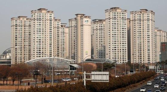 9·13 대책 발표 이전 가격을 유지하고 있는 서울 서초구 반포동 반포자이 전경.