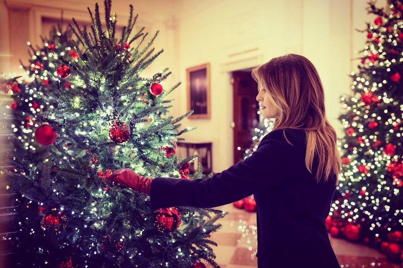 멜리니아 트럼프가 25일(현지사간) 백악관 이스트룸에서 크리스마스 장식을 살피고 있다. [사진 백악관 트위터]