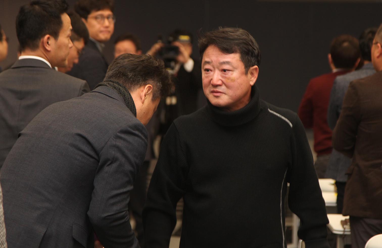23년간 코오롱그룹을 이끌어온 이웅열 회장이 28일 오전 서울 마곡동 코오롱원앤온리타워에서 퇴임을 발표 후 임직원과 인사하며 눈물을 글썽이고 있다. [코오롱그룹 제공=연합뉴스]
