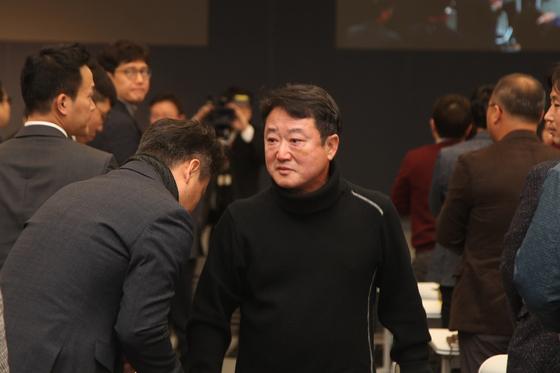23년간 코오롱그룹을 이끈 이웅열 회장이 28일 서울 마곡동 코오롱원앤온리타워에서 퇴임을 발표한 뒤 임직원과 인사하고 있다. [사진 코오롱그룹]