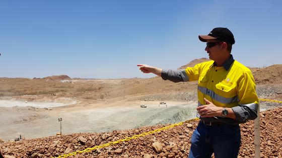 지난 15일 켄 브린스덴 필바라미네랄 대표가 호주 필바라 지역의 필간구라 리튬 광산에서 채굴 과정을 설명하고 있다. 김민중 기자