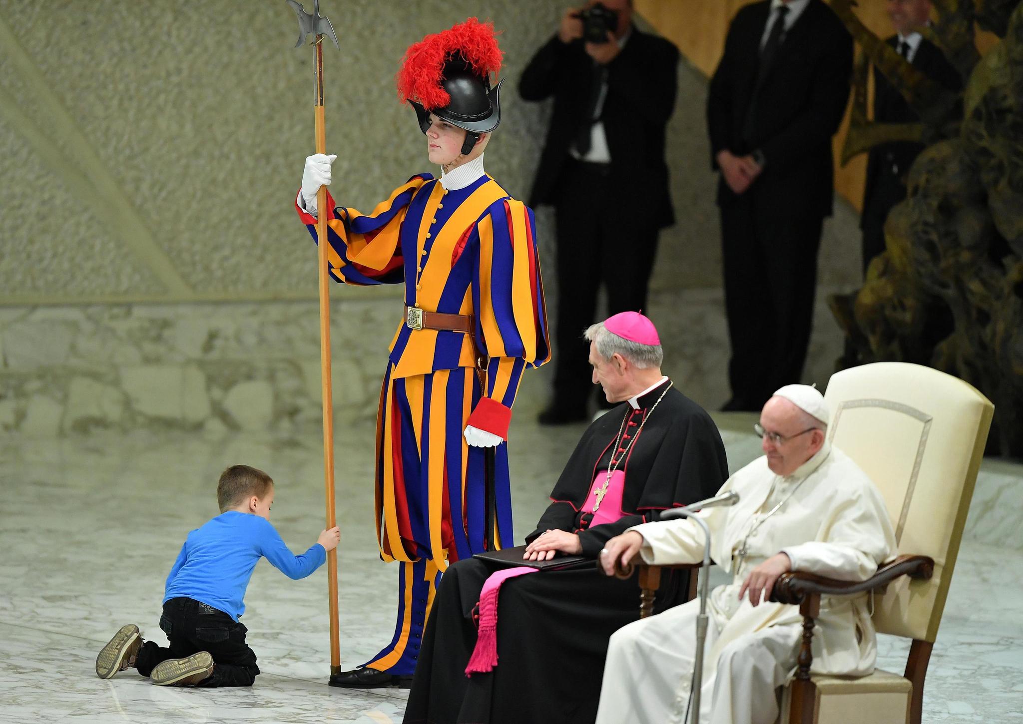 단상에 오른 아이는 교황을 지키는 근위병의 창을 만지며 놀기 시작했다. [EPA=연합뉴스]