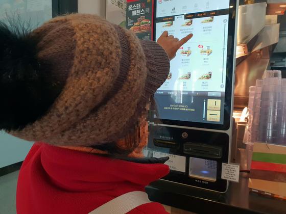 경기도 한 패스트푸드 전문점에서 60대 여성이 무인 주문·결제기로 음식을 주문하고 있다. 메뉴를 고르고 결제하는 데 5분 이상 걸렸다. 이에스더 기자