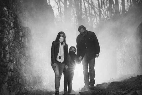 헤이즐과 칼튼이 아이와 함께 미세먼지 차단 '바이오스카프'를 두르고 있다. [사진 바이오스카프 홈페이지]
