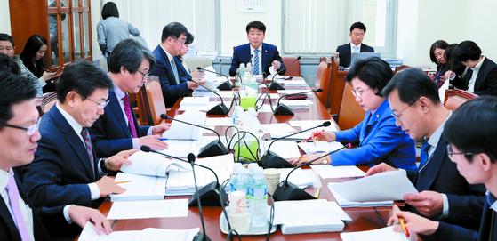 기동민 국회보건복지위 법안심사소위원장이 28일 회의를 주재하고 있다. 내년 10월부터 출산한 산모는 250만원의 출산장려금을 일시불로 받는다. [뉴스1]