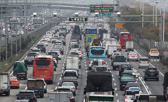 서울 강변북로에 노후차량 단속 CCTV가 설치돼 있다. [뉴스1]