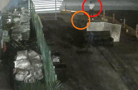 경남 거제에서 발생한 살인사건 현장 CCTV 의 한 장면. [사진 경남경찰청]