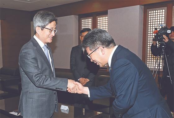 김명수에게 '화염병' 사과한 경찰청장