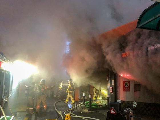 30일 오후 4시14분쯤 경기도 수원시 팔달구 11층짜리 상가건물 지하에서 화재가 발생했다. 소방대원들이 화재를 진압하고 있다. [뉴스1]