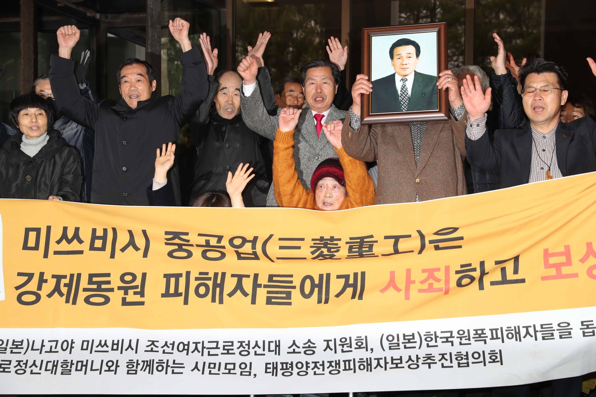 조선여자근로정신대 피해자인 김성주 할머니가 29일 재판장을 나온 뒤 손을 들고 있다. 김상선 기자