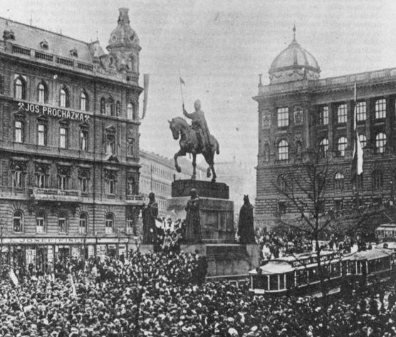 프라하의 바츨라프 광장에서 귀국한 체코군단을 황영하는 행사가 열리고 있다. 체코 영웅인 바츨라프의 기마상이 보인다. [사진 위키피디아]