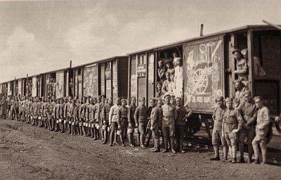 시베리아 횡단을 하다 잠시 정차한 틈에 열차 앞에 도열한 체코 군단 잗병.[사진 위키피디아]