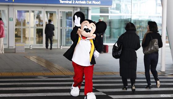 올해 90돌을 맞은 미키 마우스가 27일 인천공항으로 입국했다. [사진 월트디즈니 컴퍼니 코리아]