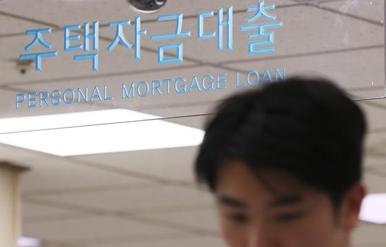 한국은행이 1년 만에 기준금리를 0.25%포인트 올렸다. 이에 따라 시중은행도 줄줄이 금리 인상에 나섰다. 대출자 이자 부담이 더 커지게 됐다. 사진은 서울 시내 한 은행의 창구.[연합뉴스]