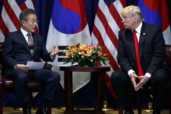 지난 9월 뉴욕 롯데팰리스 호텔에서 공식 양자회담을 한 문재인 대통령과 트럼프 대통령. 다자행사인 유엔 총회를 계기로 한 회담이었지만 따로 회담장을 잡고 양국 국기가 게양한 공식 양자회담을 했다. [AP=연합뉴스]