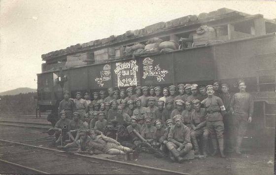 열차로 시베리아를 횡단하며 블라디보스토크로 이동 중인 체코군단의 단체 사진,[사진 위키피디아]
