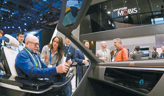 현대모비스는 친환경·자율주행·커넥티비티 등 미래 자동차 핵심 분야에서 독자 기술을 확보해 나가고 있다. 사진은 2018 CES의 현대모비스 전시품 콕핏. [사진 현대모비스]