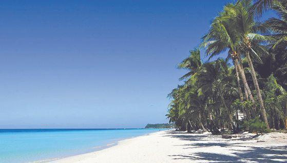 24일(현지시간) 새롭게 단장해 6개월만에 재개장한 필리핀 보라카이 섬. [연합뉴스]