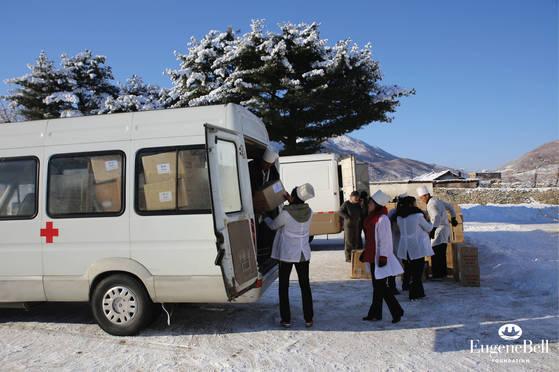 유진벨재단이 지난해 12월 말 북한 내 결핵 환자 치료를 위해 물자를 수송하고 있다. [사진 유진벨재단 제공]