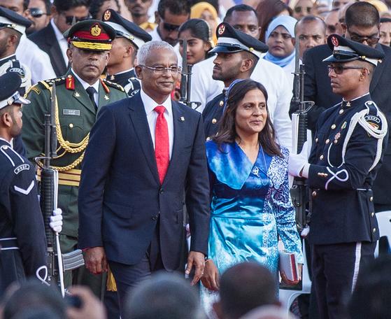최근 취임한 이브라힘 모하메드 솔리 몰디브 신임 대통령과 그의 부인. [EPA=연합뉴스]