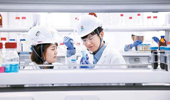 GS칼텍스 연구원이 바이오부탄올 실증플랜트에서 시료를 분석하고 있다. GS칼텍스는 2016년 9월 착공한 바이오부탄올 실증플랜트를 올해 가동했다. [사진 GS칼텍스]