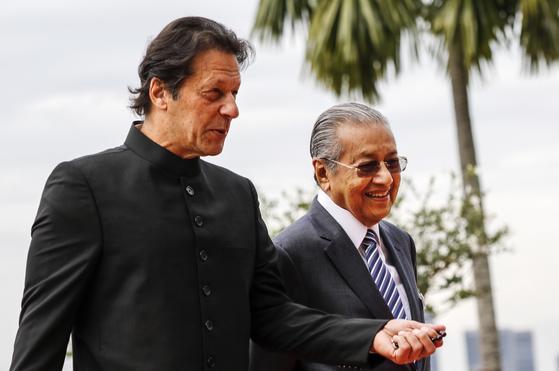 지난 21일 말레이시아에서 회담을 가진 마하티르 모하맛 말레이시아 총리(오른쪽)와 파키스탄 임란 칸 총리. [EPA=연합뉴스]