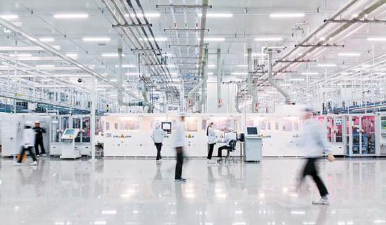 진천공장은 단일 공장으로는 세계 최대 태양광 셀 공장이다. 하루에 태양광 셀 220만 장을 생산한다. 생산 제품의 70% 이상을 수출한다. [사진 한화그룹]