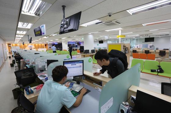 삼성전자 AS 센터에서 소비자가 제품 점검을 받고 있다. [중앙포토]