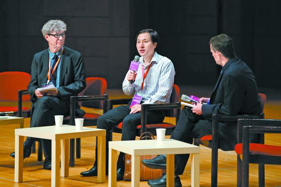 허젠쿠이 중국 남방과기대 교수(가운데)가 28일 홍콩에서 열린 국제회의에 나와 세계 최초의 유전자편집 아기 출산에 대해 설명하고 있다. [AP=연합뉴스]