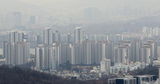 최근 집값 하락세를 보이고 있는 서울 서초구 일대 아파트 전경.